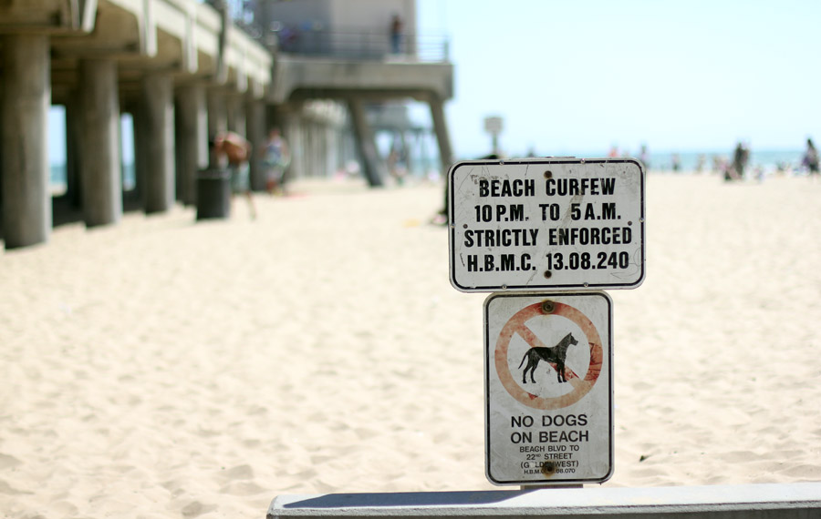 huntington-beach-curfew-sign